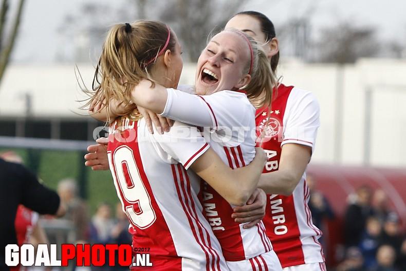 Ajax Vrouwen met groot machtsvertoon naar halve finale KNVB-beker