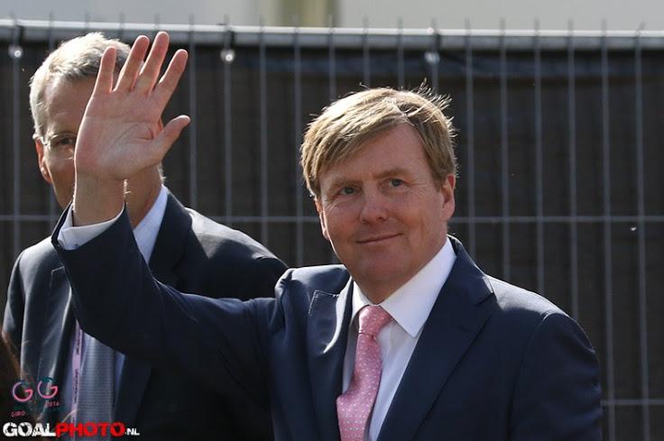 Koning Willem-Alexander en Koningin Máxima bij openingswedstrijd EK