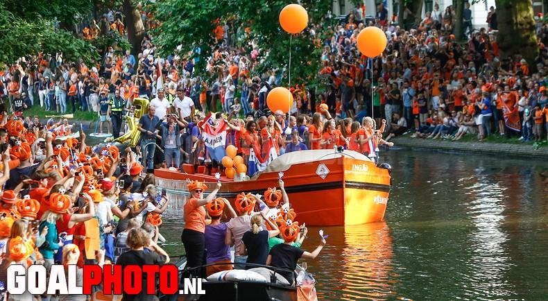 Warm en massaal onthaal voor voetbalvrouwen in Utrecht