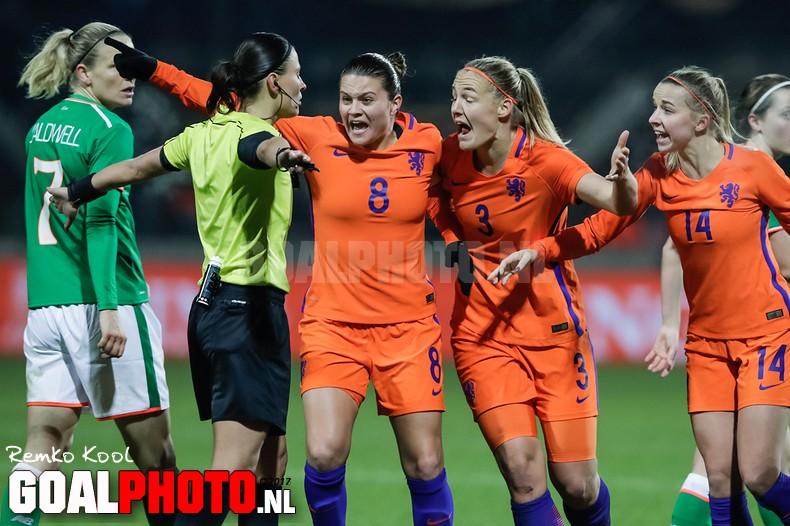 Oranjevrouwen bijten zich verrassend stuk op Ierland in WK-kwalificatie