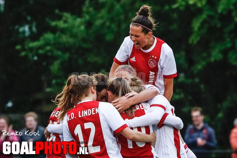 Ajax stap dichter bij landstitel na ruime overwinning op Heerenveen