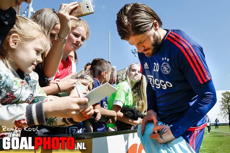 Handtekeningen en selfies scoren op open training Ajax
