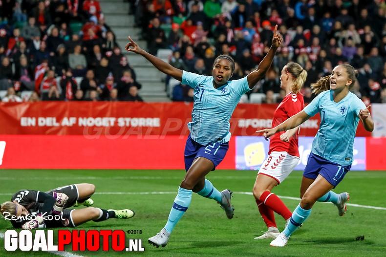Oranjevrouwen ten koste van Denen naar beslissende play-off om WK-ticket
