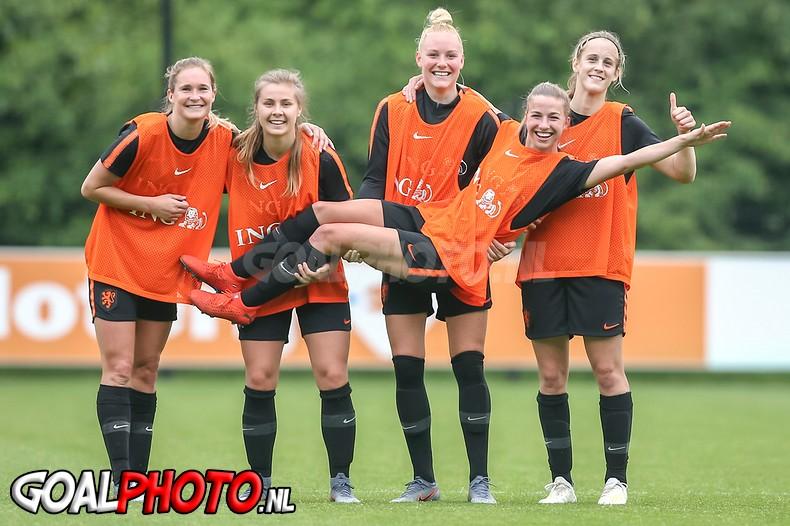 Zelfs een open training van de Oranje Leeuwinnen op een MAANDAG is al 'uitverkocht'