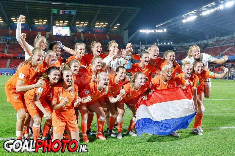 Oranjevrouwen ontsnappen tegen Japan en staan in kwartfinales WK