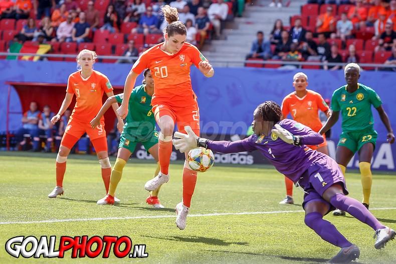 Oranjevrouwen naar achtste finales WK na moeizame zege op Kameroen
